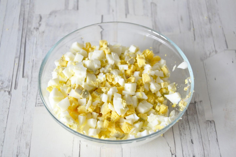 Вареные яйца нарезать ккубиками