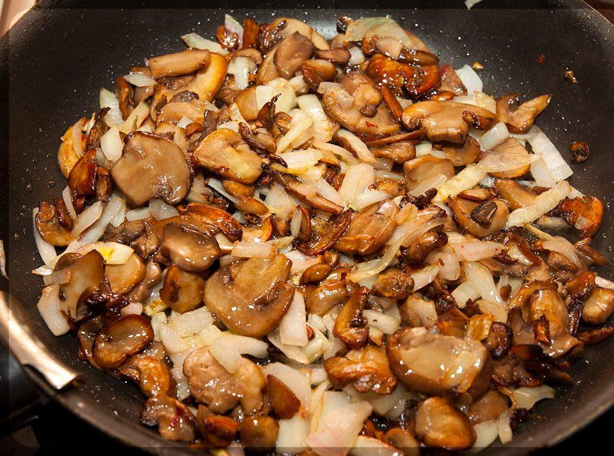 Лук пассеруют с грибами