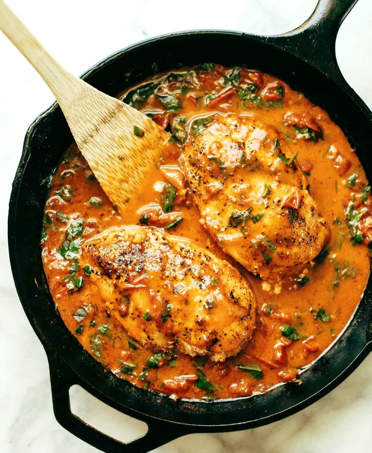 Курица с базиликом и чесночноком и сливочным соусом