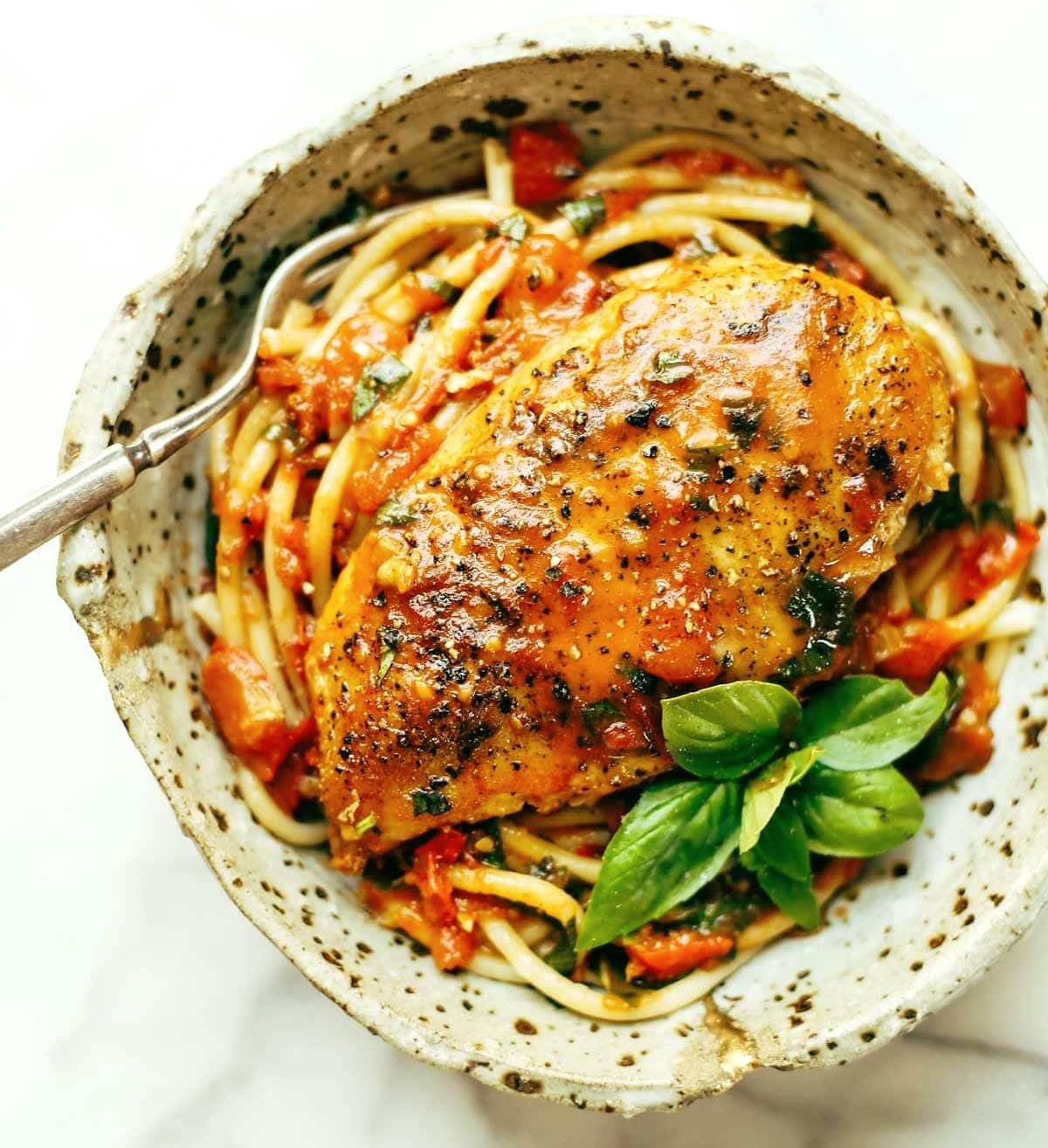 Курица с базиликом и чесночноком