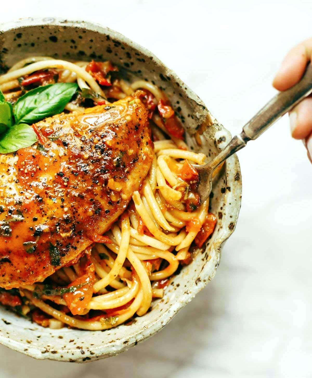 Курица с базиликом и чесночным соусом со спагетти
