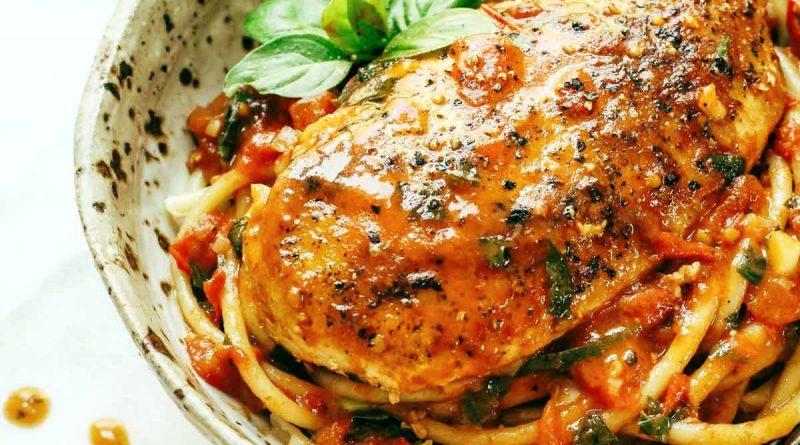 Курица с базиликом чесночноком и соусом