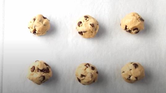 испечь печенье с шоколадной крошкой