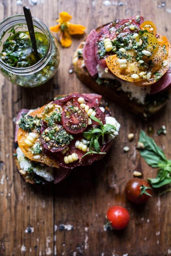 Песто Брускетта с помидорами, салями и кусочками рукколы с базиликом