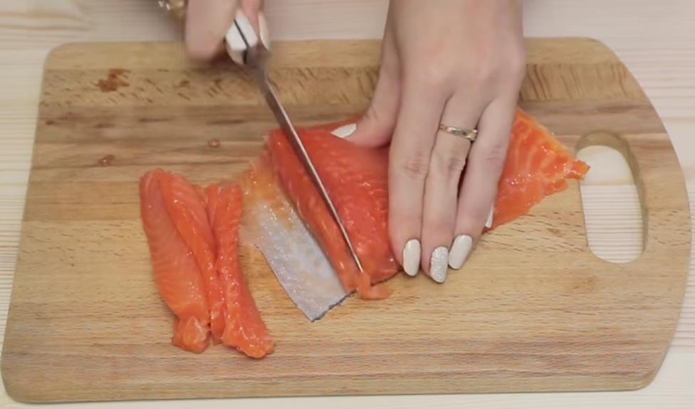 нарезаем красную рыбу